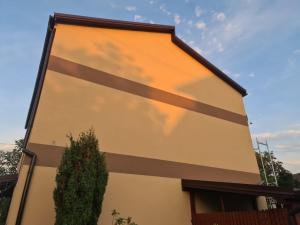 domek mieszkalny żółty