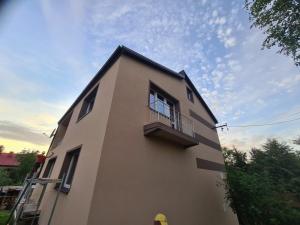 domek mieszkalny z balkonami